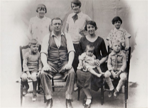 Photo:Harry Coverdale with his wife Vidy (short for Violet) with children Hetty, Rene, Harry, Nora, baby Violet and John