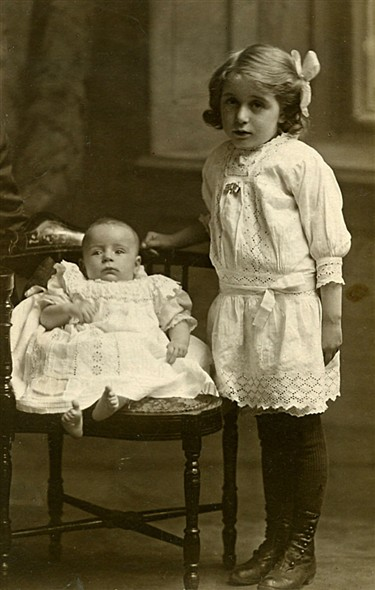 Photo:Kathleen and Ivy Stoner, c.1916